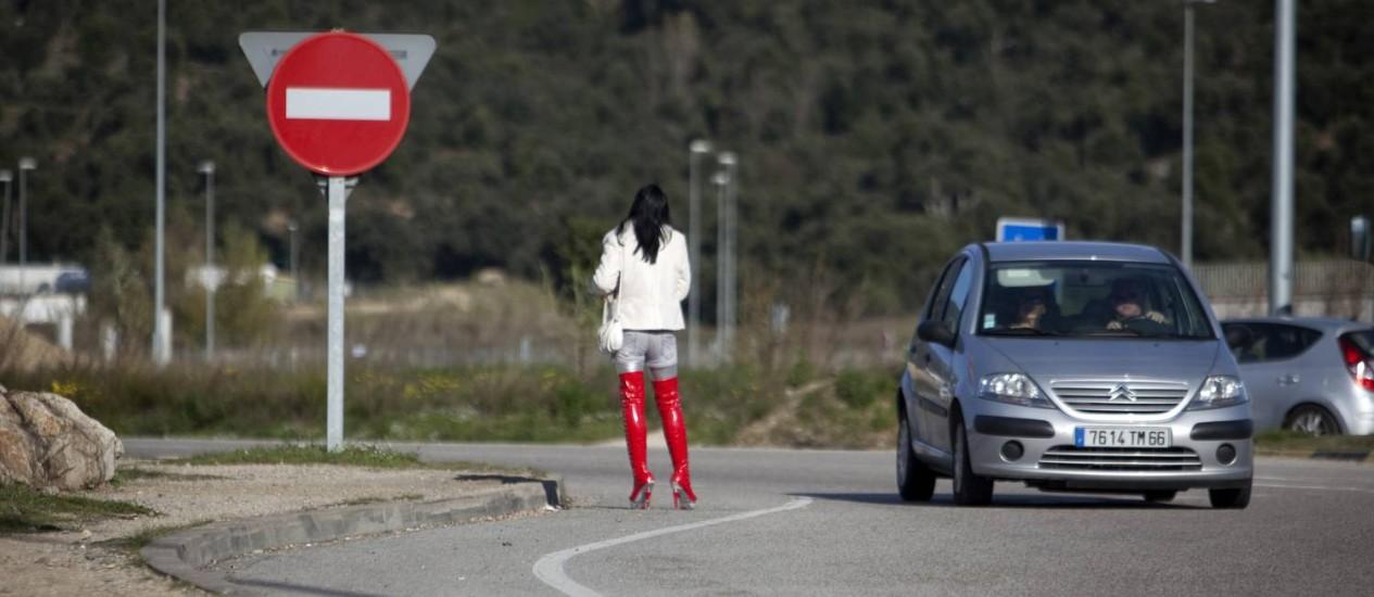Prostituta em estrada espanhola: legalização pode ser discutida para a reforma fiscal Foto: Marta Ramoneda/The New York Times/11-12-2011