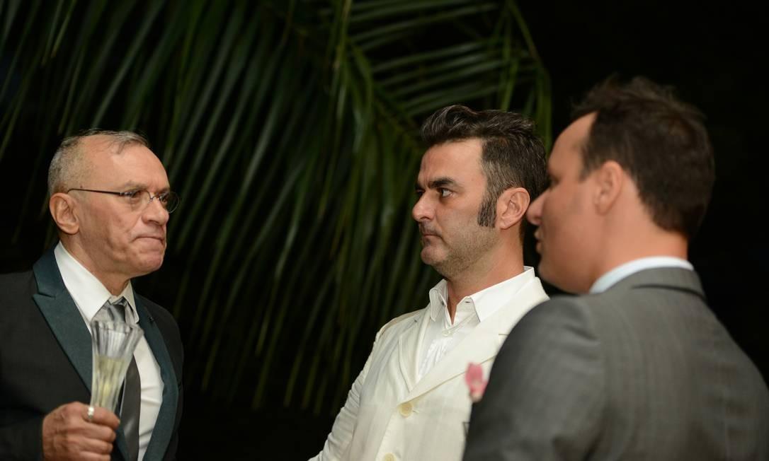 O padre Cesar Garcia (à esquerda) com o casal durante evento na casa deles Foto: Arquivo pessoal