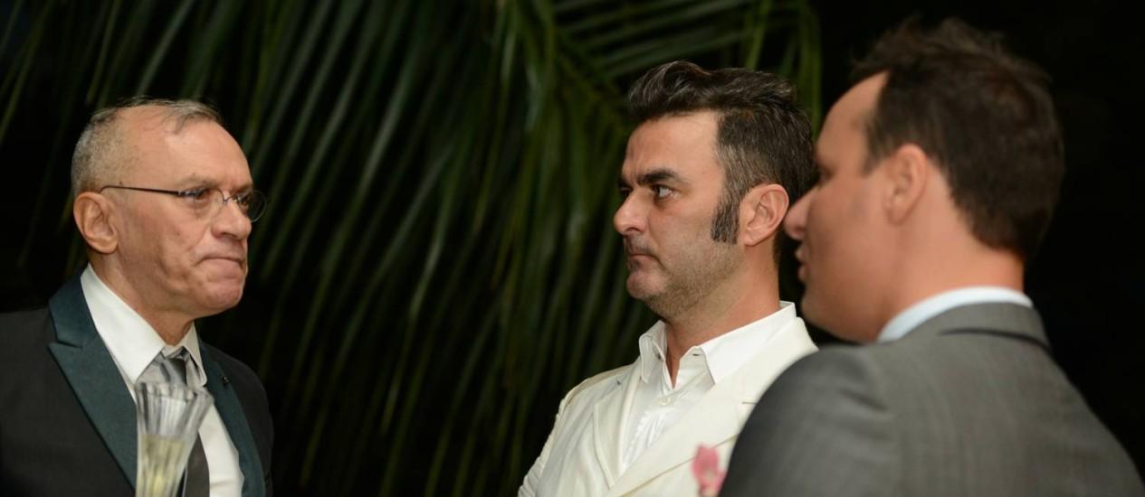 O padre Cesar Garcia (à esquerda) com Leo Romano (de branco) e Marcelo Trento durante evento na residência do casal, onde aconteceu a bênção Foto: Arquivo pessoal