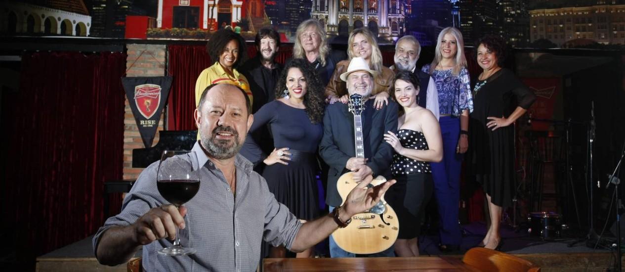 Otto (em primeiro plano), no Otto Music Hall, e alguns dos músicos que farão parte do circuito: um mês de Bossa Nova Foto: Eduardo Naddar / Agência O Globo