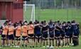 Seleção colombiana faz corrente antes de treinamento no CT do São Paulo, em Cotia