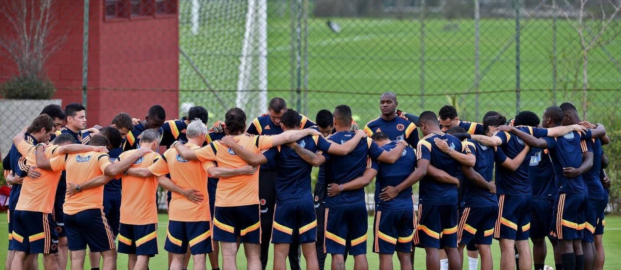Seleção colombiana faz corrente antes de treinamento no CT do São Paulo, em Cotia Foto: Eitan Abramovich/AFP