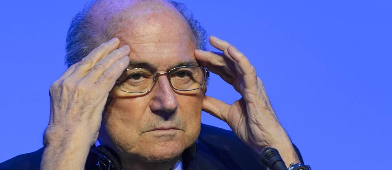 O presidente da Fifa, Joseph Blatter, ouve perguntas na coletiva de imprensa nesta quarta-feira Foto: FABRICE COFFRINI / AFP