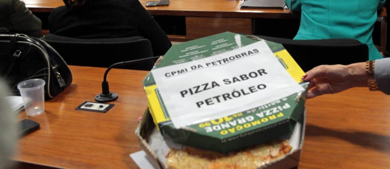 O deputado federal Fernando Francisquini levou uma pizza sabor petóleo para a Comissão Parlamentar Mista de Inquérito da Petrobras Foto: Givaldo Barbosa / O Globo