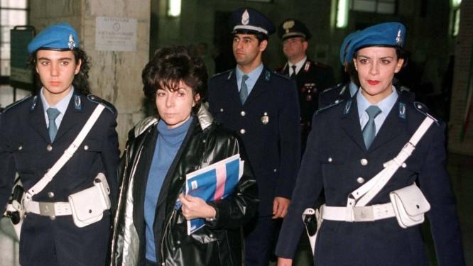 Patrizia Reggiani deixa a corte de Milão, em novembro de 1998 Foto: Stefano Rellandini / REUTERS-3-11-1998