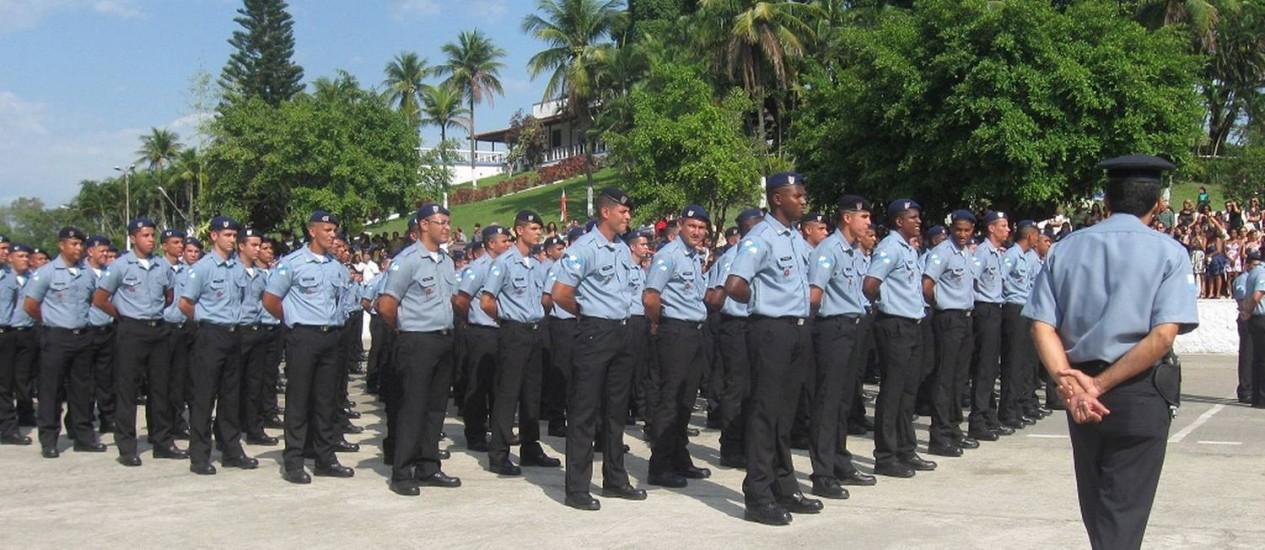 Formatura dos alunos de um curso de formação da Polícia Militar, em Sulacap Foto: O Globo / Mario Campagnani - 27/10/2011