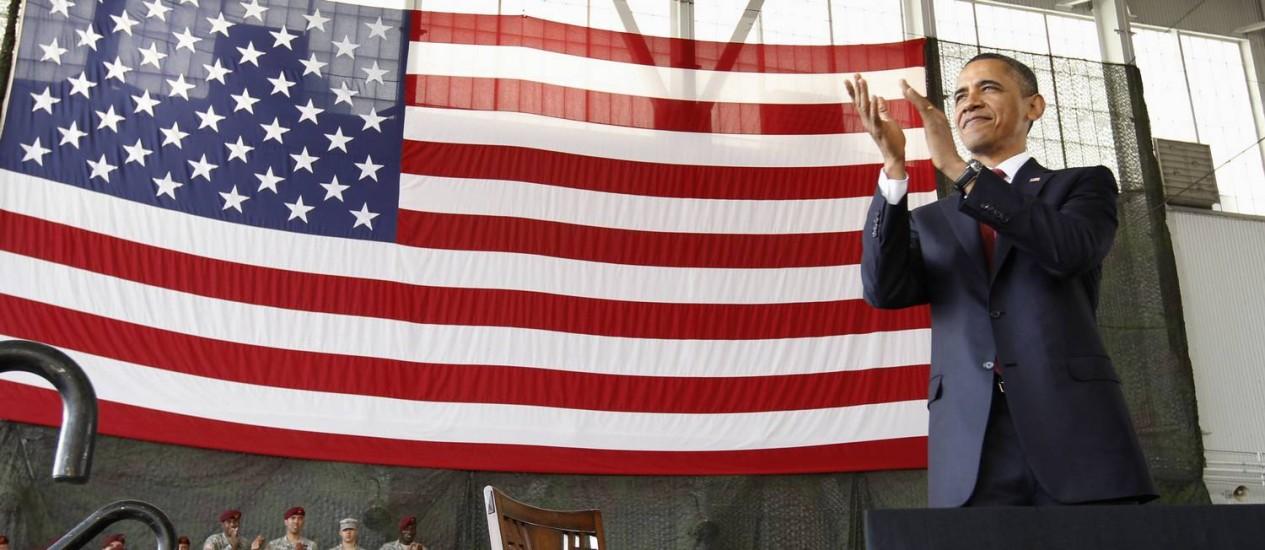 O presidente Barack Obama aplaude militares na Carolina do Norte, em uma visita considerada um marco da retirada das tropas do país do Iraque Foto: REUTERS-14-12-2011
