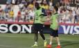 Mesmo com o medo de lesão no joelho, Mamadou Sakho (esquerda) treinou ontem e hoje