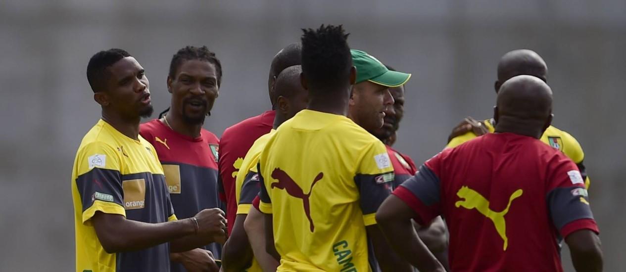 O atacante camaronês Eto'o, à esquerda, conversa com os compatriotas no treino desta quarta Foto: PIERRE-PHILIPPE MARCOU / AFP
