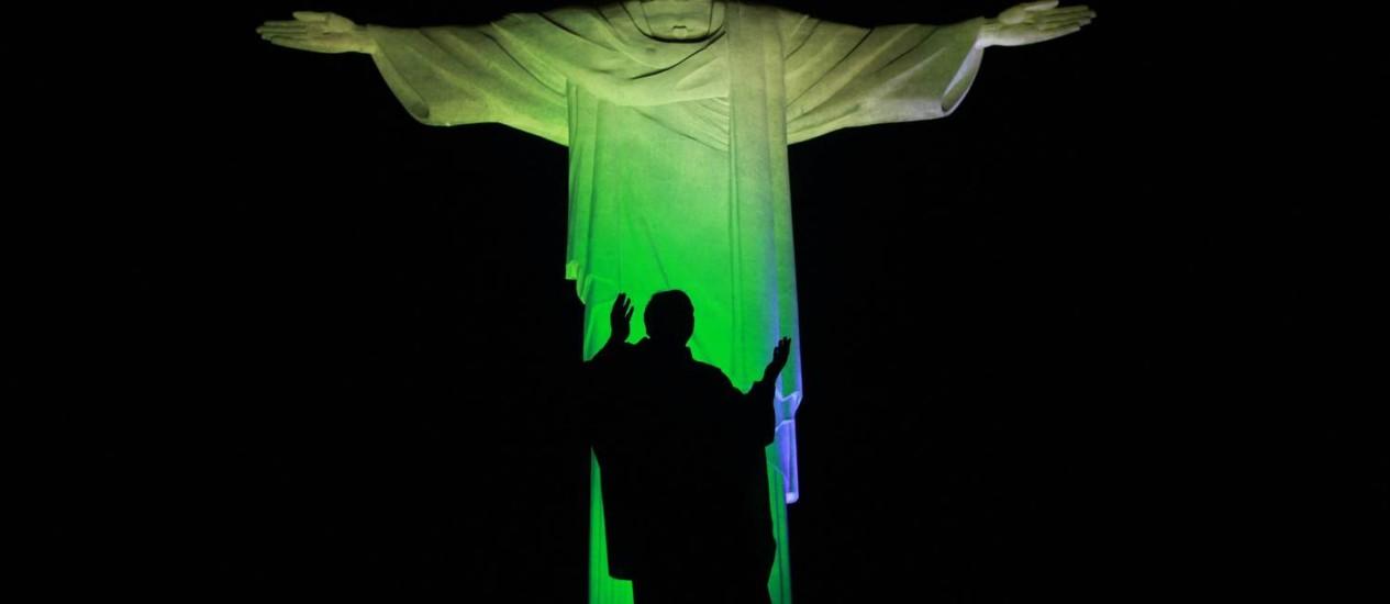Cristo permanecerá a madrugada de quinta-feira com as cores verde e amarelo para desejar sorte aos jogadores da selação brasileira Foto: Domingos Peixoto /Agência O Globo