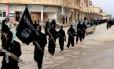 Rebeldes do Isis marcham em Raqqa, na Síria