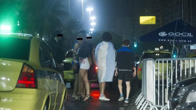 Flagrante de prostituição nas proximidades do bar Balcony na Av. Atlântica, na praça do Lido Foto: Fernando Quevedo / Agência O Globo