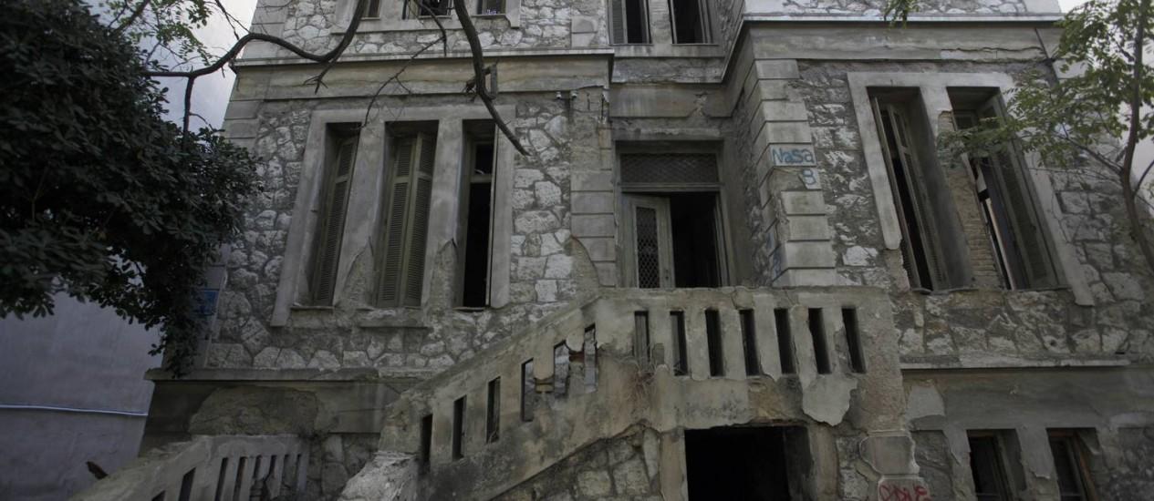 Mansão em ruínas à venda em Atenas. Na Grécia, o preço dos imóveis caiu 7% Foto: Kostas Tsironis / Bloomberg/2-9-2013