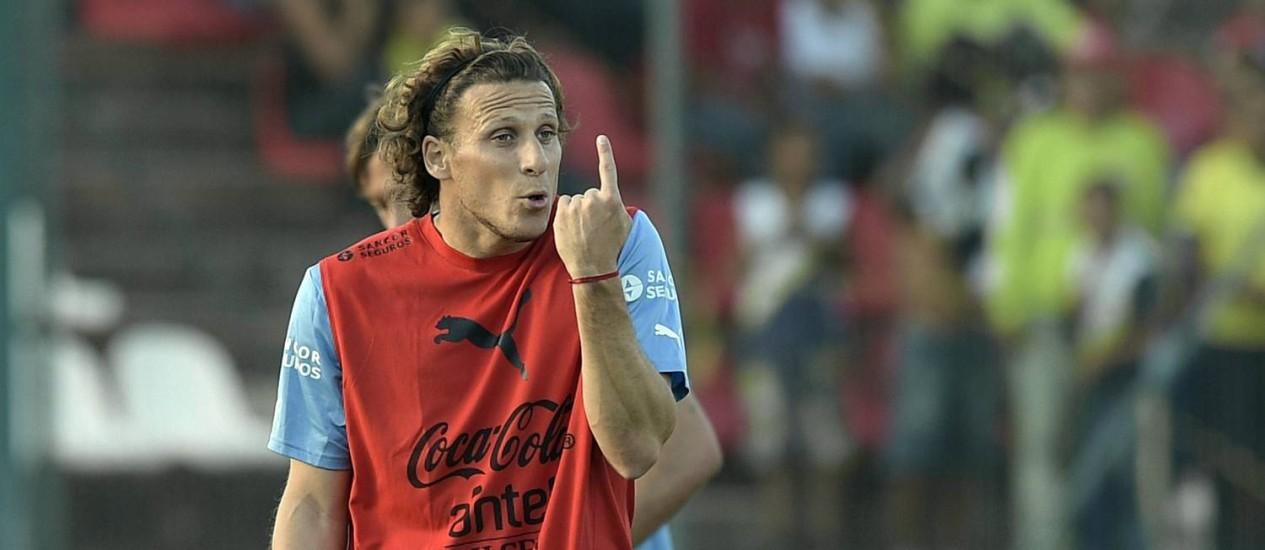 Forlan gesticula no treino uruguaio na Arena do Jacaré Foto: DANIEL GARCIA / AFP