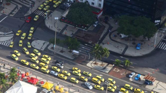 Taxistas fazem carreata contra aplicativos que começaram a ser usados no Rio há dois meses e permitem o transportes de passageiros em carros particulares Foto: Genilson Araújo