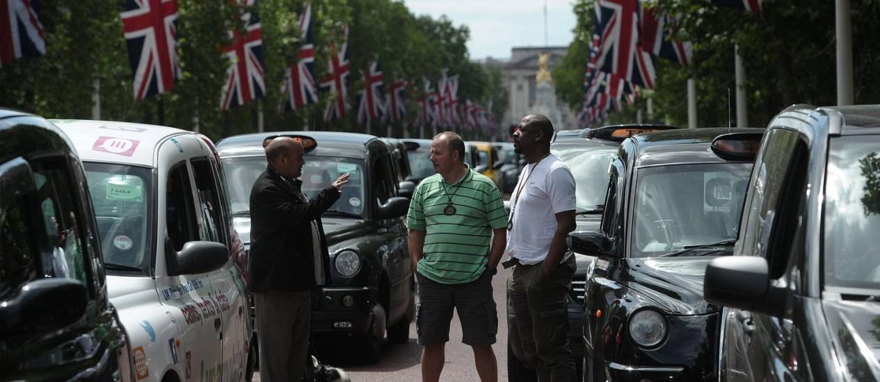 Em Londres, 12 mil taxistas formaram longas filas nas ruas do Centro durante uma hora em ato contra aplicativo de carona Foto: CARL COURT / AFP
