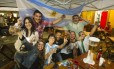 Turistas que vieram para a Copa do Mundo se divertem na madrugada em bares da Lapa