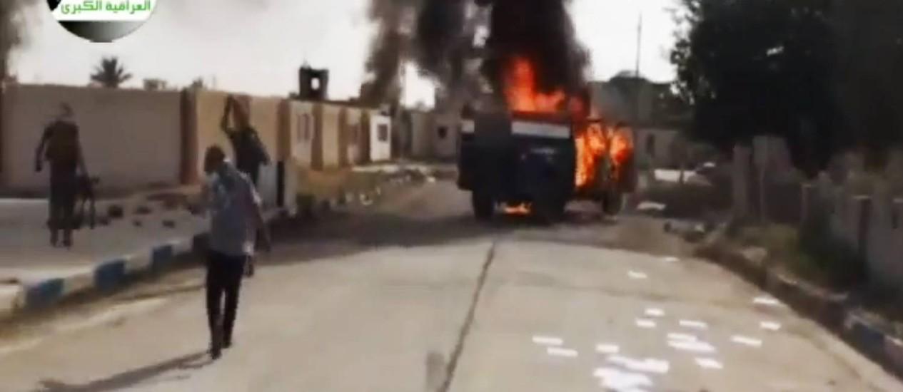 Imagem divulgada por grupo que apoia o Estado Islâmico do Iraque e da Síria (Isis) mostra militantes em Al-Sharqat, base ao norte de Tikrit, no Iraque Foto: AP