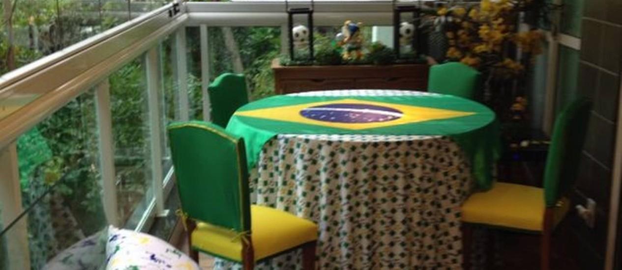 Na varanda, almofadas, sofás e cadeiras no clima de torcida para o Brasil Foto: Acervo pessoal