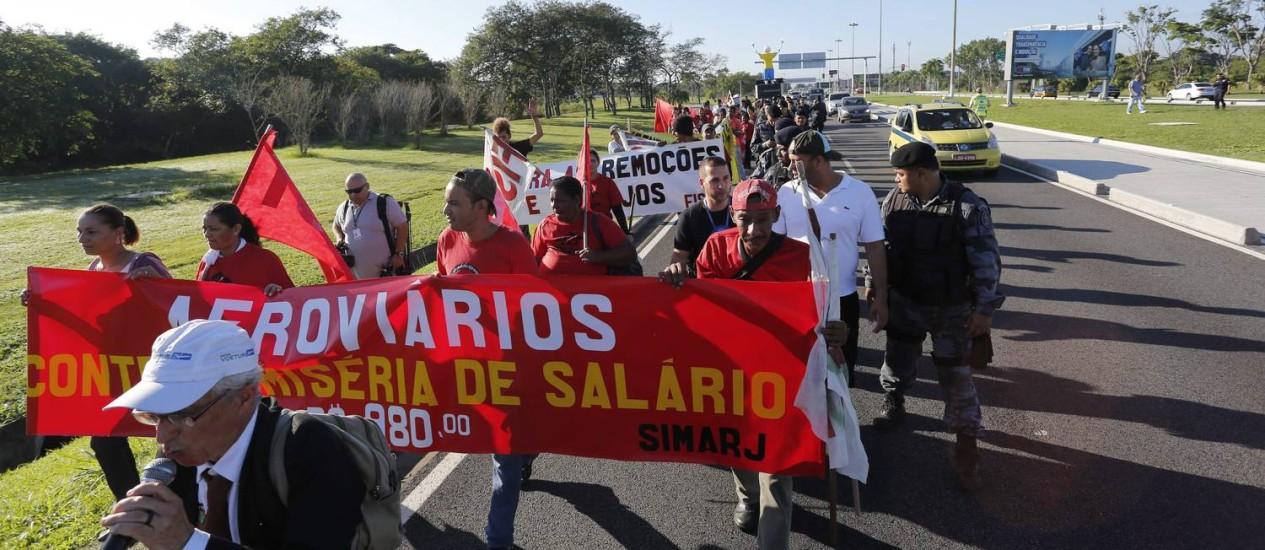 Aeroviários participam de protesto no acesso ao aeroporto Galeão, na Avenida Vinte de Janeiro, na Ilha do Governador, na manhã desta quinta-feira Foto: Pablo Jacob / O Globo