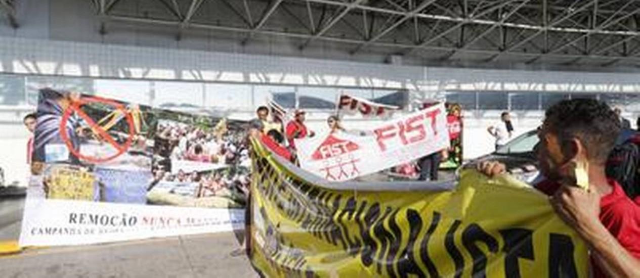 Grevistas fazem protesto em frente ao Aeroporto Tom Jobim na Ilha do Governador Foto: Pablo Jacob