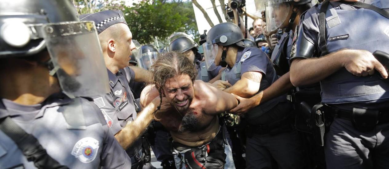 Manifestante é detido por policiais em São Paulo Foto: Nelson Antoine / AP