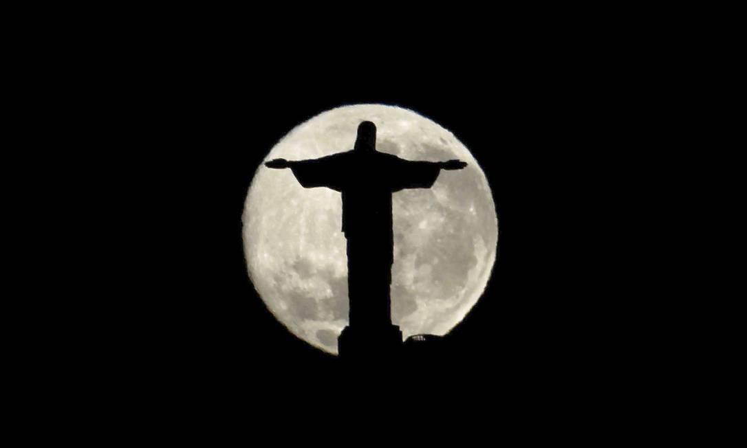O Cristo Redentor 'envolvido' pela Lua Cheia Foto: Custodio Coimbra / Agência O Globo