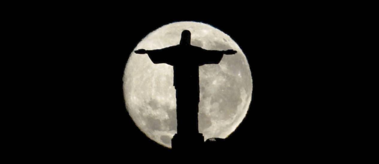 O Cristo Redentor 'envolvido' pela Lua Cheia Foto: Custodio Coimbra / Agência O Globo/24.08.2010