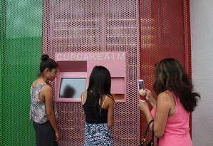 Meninas compram cupcake em caixa eletrônico da Sprinkles, em Beverly Hills Foto: Fernanda Dutra / O Globo