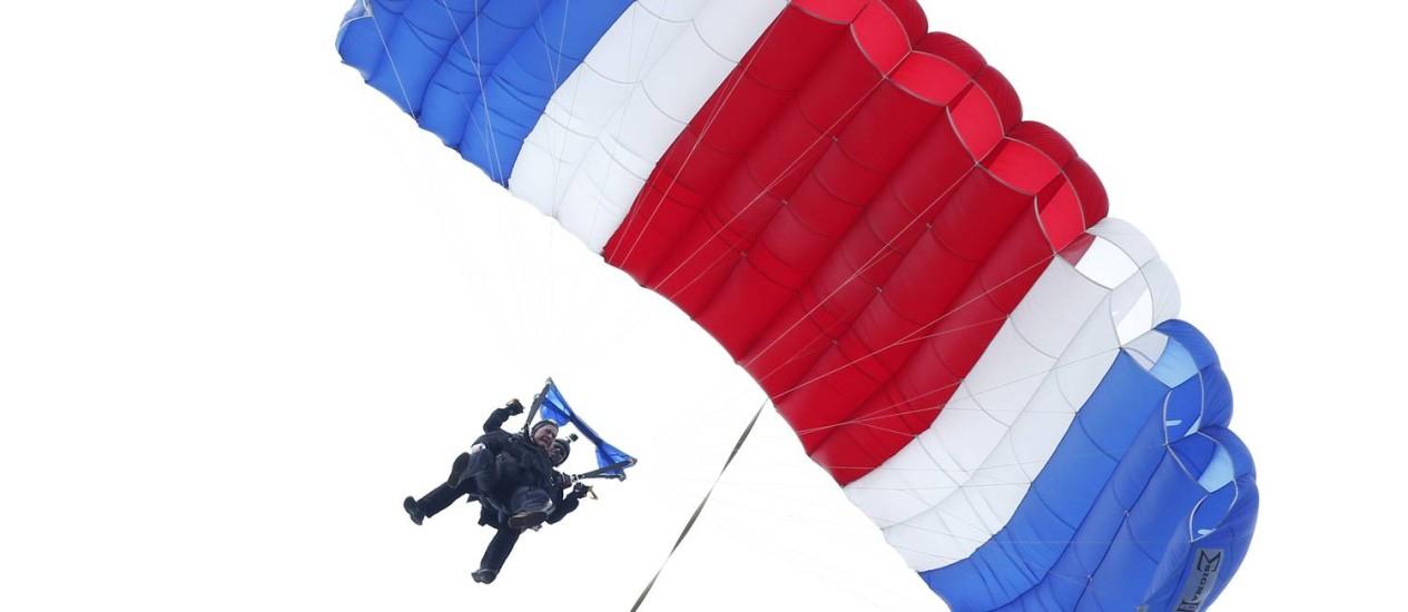 O ex-presidente dos EUA George H.W. Bush salta de paraquedas para comemorar seus 90 anos Foto: Robert F. Bukaty / AP