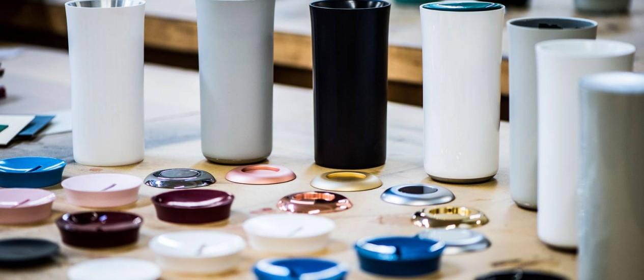 Caneca inteligente é vendida em diferentes cores por US$ 99 Foto: Mike Arzt / Divulgação