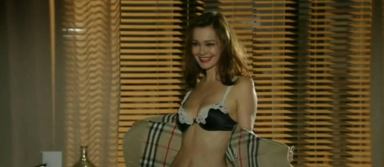 Helena (Julia Lemmertz) abre o sobretudo e exibe sua lingerie na tentativa de reconquistar o marido Foto: Reprodução/ TV Globo