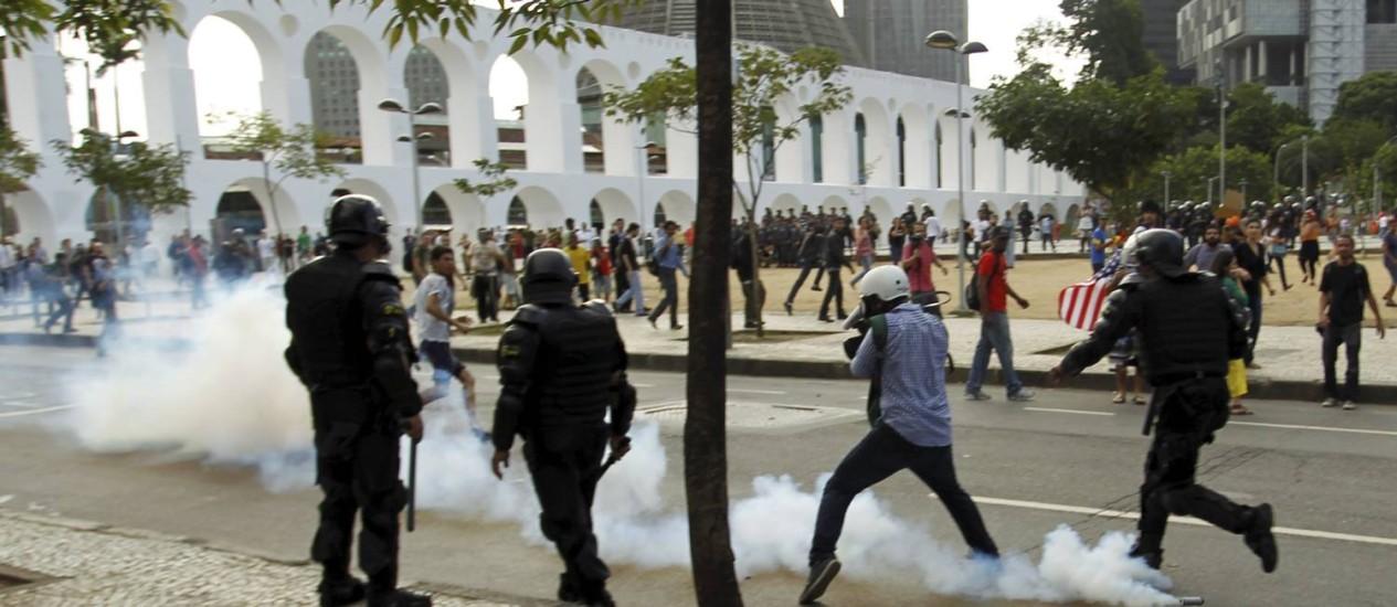 Tumulto entre PM e manifestantes na manifestação contra a Copa e pela educação em greve Foto: Gabriel de Paiva / O Globo