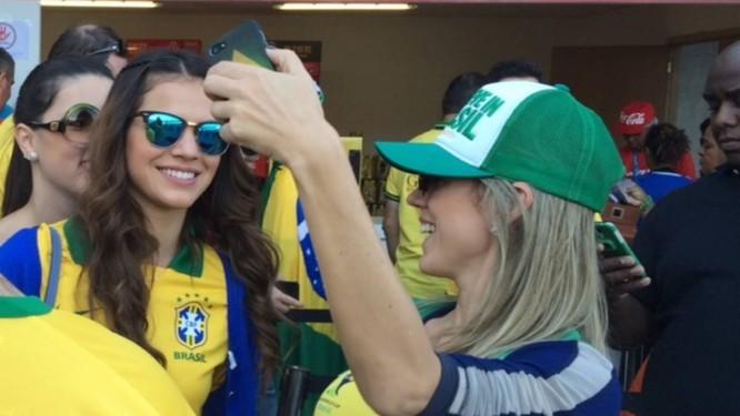 Bruna Marquezine tira foto com fãs Foto: Renato Alexandrino