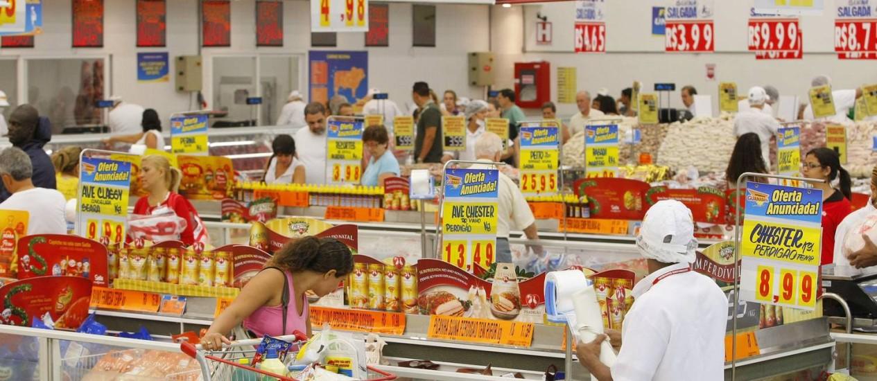 Supermercado no Rio: vendas no segmento recuaram pelo terceiro mês seguido Foto: O Globo