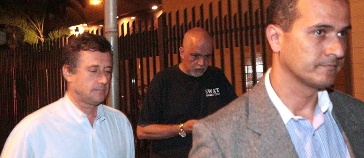 O juiz Amaury de Lima e Souza, de camiseta preta, ao lado do juiz da corregedoria de Belo Horizonte, deixando o apartamento onde mora, em Juiz de Fora Foto: Fernando Priamo/Tribuna de Minas