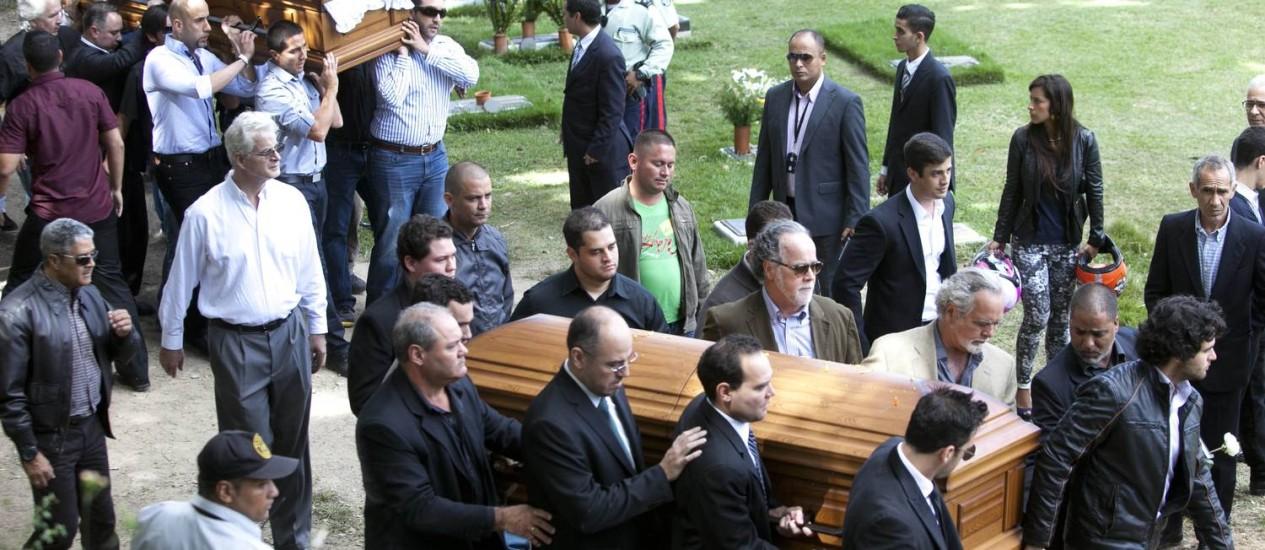 Parentes e amigos carregam caixão da atriz Monica Spear e de seu ex-marido Thomas Henry Berry durante funeral em cemitério de Caracas Foto: Alejandro Cegarra / AP