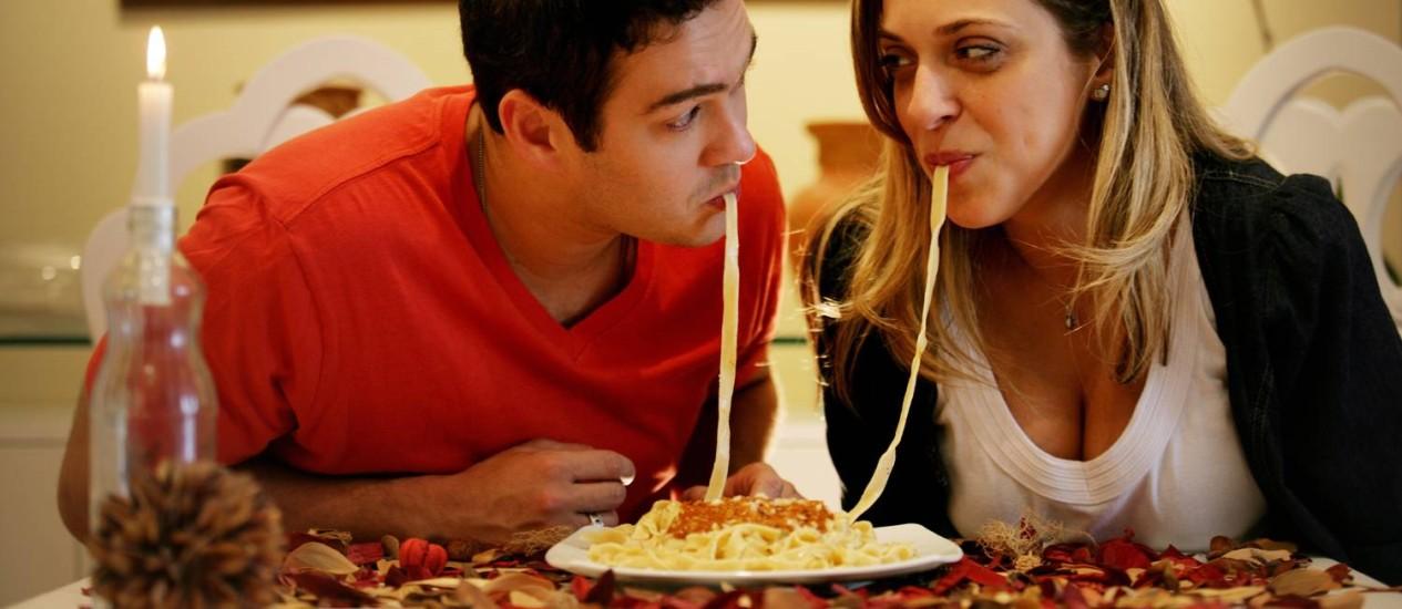 Jantar em restaurante ficou 9% mais caro. Na foto, os atores Marcos Veras e Júlia Rabello Foto: Pércio Campos / Agência O Globo