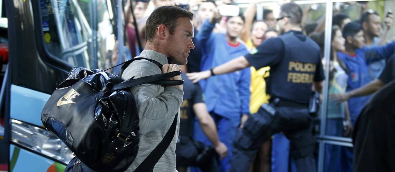 Rooney passa reto pelos fãs: Inglaterra já está em Manaus Foto: ANDRES STAPFF / REUTERS