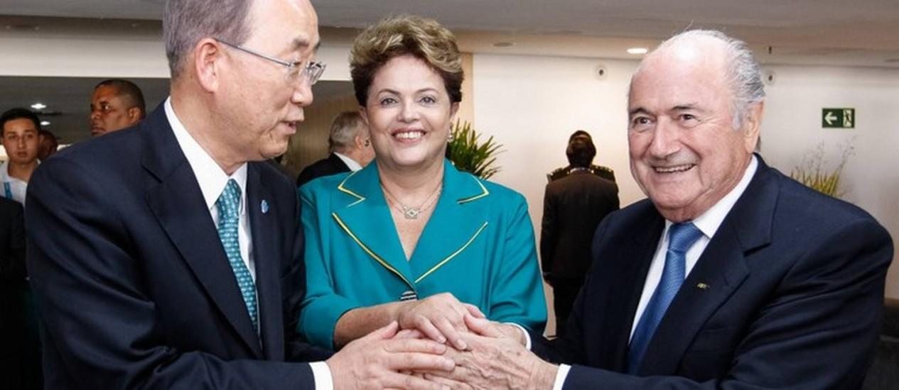 Presidente Dilma Rousseff com o secretário-geral das Nações Unidas, Ban Ki-moon, e o presidente da FIFA, Joseph Blatter, durante cerimônia de abertura da Copa do Mundo Foto: Roberto Stuckert Filho/PR