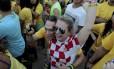 A turista croata Katarina Poredois, de 29 anos, e Daniel Arule, namorado dela, na Praia de Copacabana: gol festejado