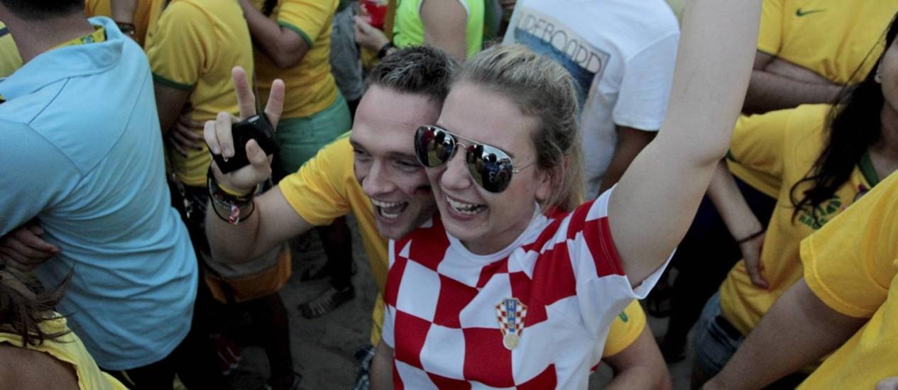 A turista croata Katarina Poredois, de 29 anos, e Daniel Arule, namorado dela, na Praia de Copacabana: gol festejado Foto: Marcelo Piu / Agência O Globo