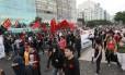 Manifestantes contra a Copa caminham na orla de Copacabana