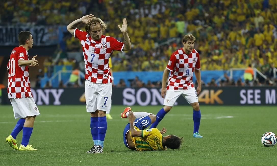 Neymar sofre falta de Ivan Rakitic Foto: Kirsty Wigglesworth / AP
