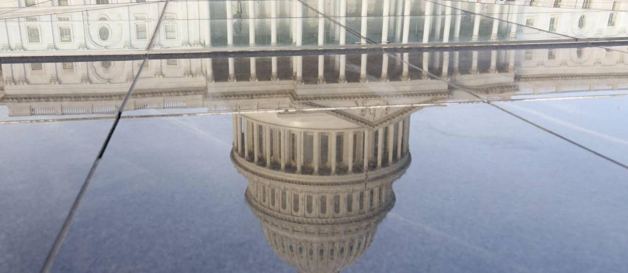 Reflexo do Capitólio, onde funciona o Congresso dos EUA Foto: REUTERS