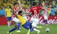 Fred cai na área e o juiz marca pênalti: croatas reclamaram, e o atacante garante que sofreu falta