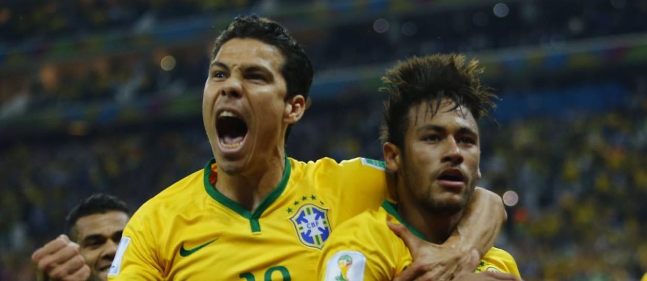 Hernanes (à esquerda) e Neymar comemoram o segundo gol do camisa dez na partida Foto: IVAN ALVARADO / REUTERS