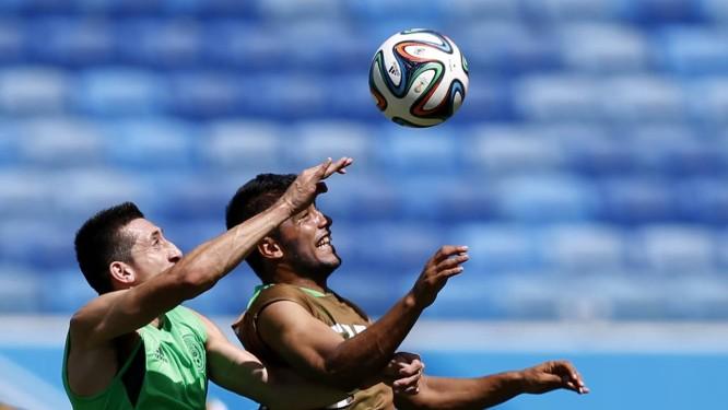 Hector Herrera, à esquerda, e Miguel Ponce disputam a bola no treino do México Foto: TORU HANAI / REUTERS