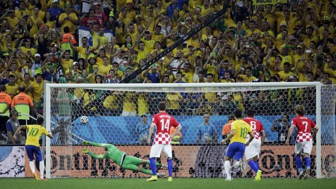 Neymar vence o goleiro croata, na cobrança do pênalti que colocou o Brasil em vantagem Foto: Felipe Dana / AP