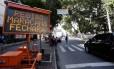Painel móvel da CET-Rio, instalado na Avenida São Francisco Xavier, informa sobre o fechamento do entorno do Maracanã